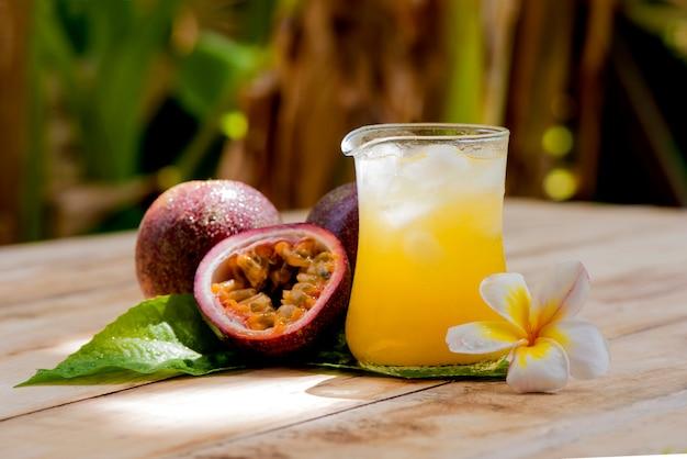 自然の背景にパッション フルーツまたはトケイソウの果実とジュース