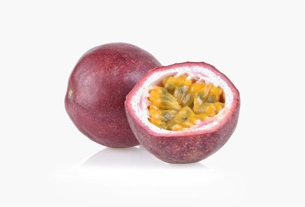 흰색 배경에 고립 된 절반 열정 과일입니다.