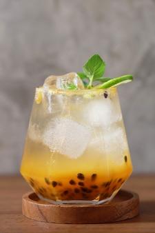 Маракуйя со льдом в стеклянной чашке, свежий сок, сладкий здоровый напиток в кафе