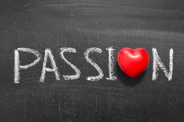 ハートのシンボルと黒板に手書きの情熱の言葉