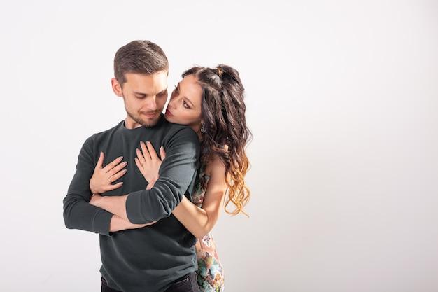흰 벽에 수용하는 열정적 인 커플