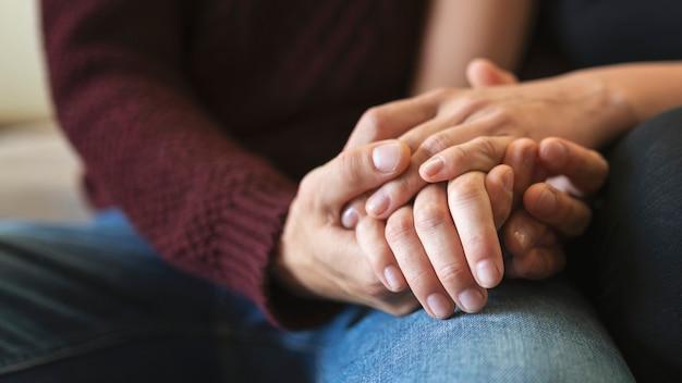 침대에서 손을 잡고 열정적인 커플