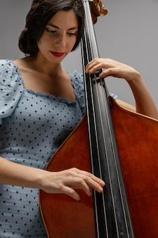 Musicista appassionato che celebra la giornata del jazz
