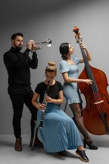 Musicisti appassionati che celebrano la giornata del jazz