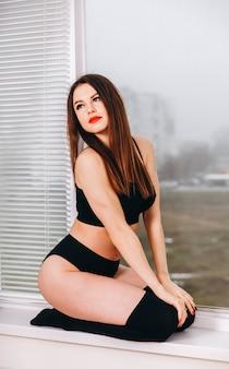 黒の下着の情熱的な女性魅惑的な下着の女性