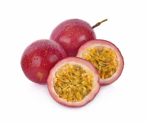흰색 배경에 고립 된 passionfruits