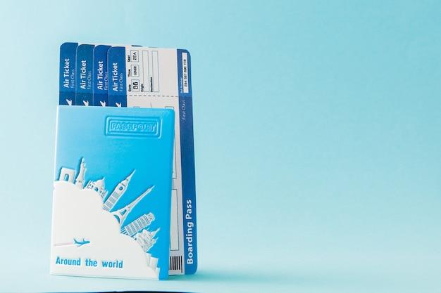 青色の背景にパスポートの航空券。旅行の概念、コピースペース