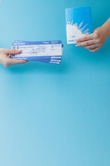 여자 손에 여권 및 항공권