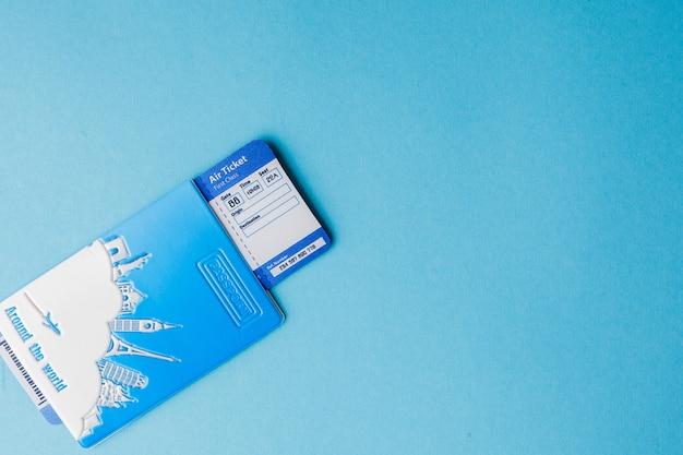 ピンクの背景のパスポートと航空券。旅行の概念、コピースペース