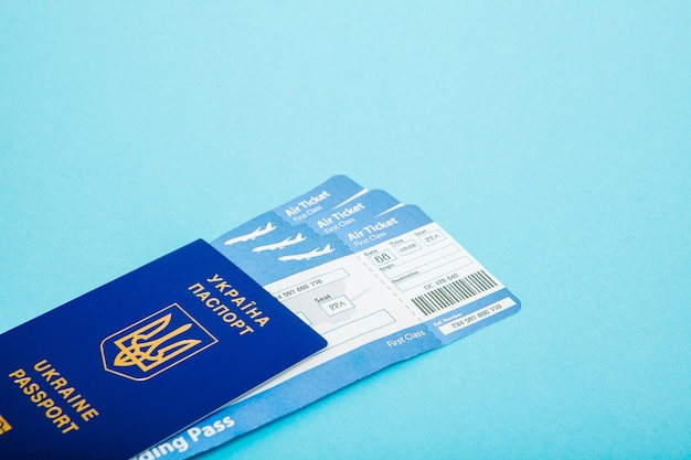 青い背景のパスポートと航空券