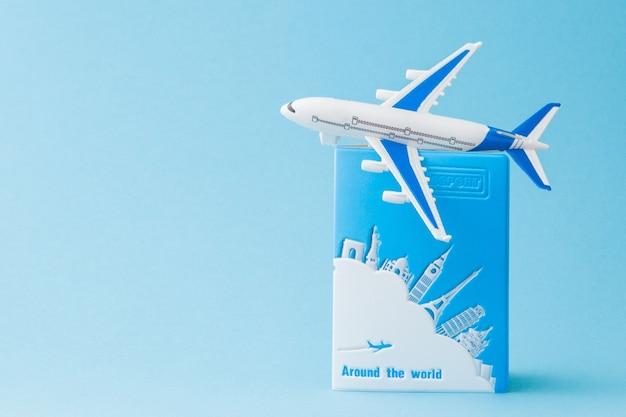 여권 및 파란색 배경에 비행기입니다. 여행 개념, 복사 공간.