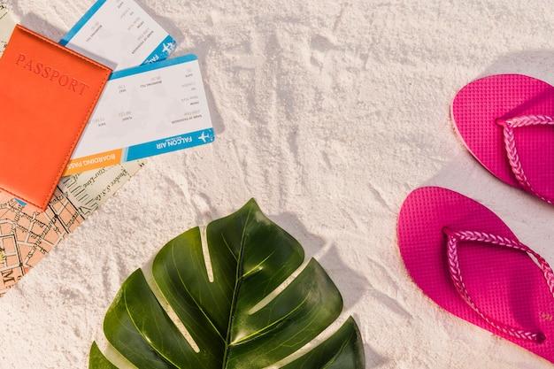 해변 휴가를위한 여권 및 플립 퍼