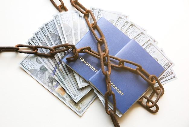 오래 된 녹슨 사슬에 여권과 돈입니다. 불법 이민으로 체포되었습니다. 법을 어겼습니다. 밀수 개념입니다.