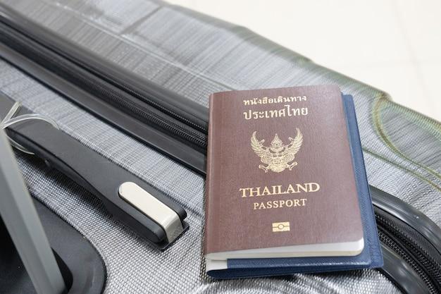 国際線への旅行の手荷物のパスポート。