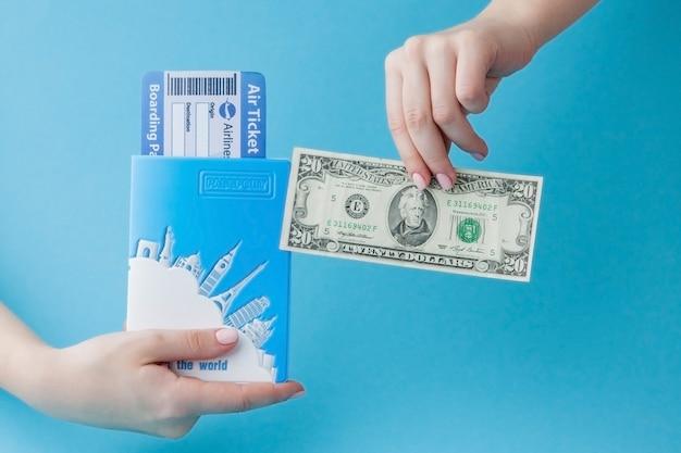 파란색에 여자 손에 여권, 달러 및 항공 티켓