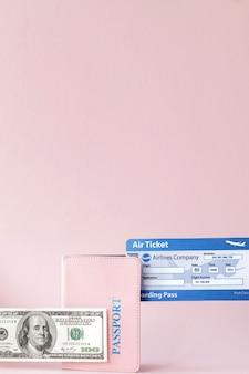여자 손에 여권, 달러 및 항공권