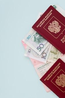 Паспорт для выезда за границу, виза, оформление документов, визовый центр, разрешение на выезд, синий фон, порт в руке