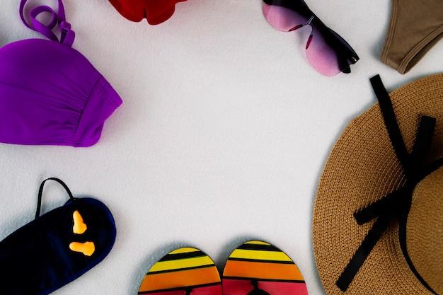 ベルトバッグのパスポートビーチサンダル安全ゴーグルと麦わら帽子飛行機インフレータブル枕スリープマスクとコピースペース付きのフライト旅行水着用のイヤープラグ