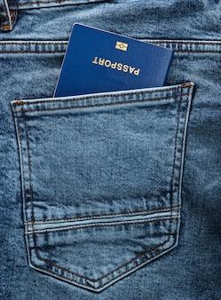 청바지 뒷주머니에 여권. 여행 개념 또는 이민.