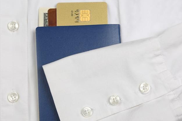 パスポート、お金、銀行カードは袖付きの白いシャツにあります