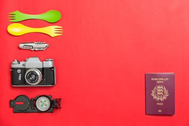 Passaporto vicino a forniture turistiche