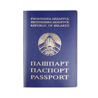 白い背景の上面図に分離された青いカバーとベラルーシ共和国のパスポート