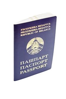 白い背景で隔離の青いカバーとベラルーシ共和国のパスポート
