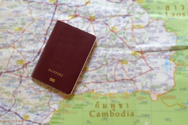 ラオスとコンボディアの世界旅行と旅行のための地図上のパスポート