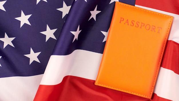 Паспорт на флаге соединенных штатов америки. национальный флаг сша, патриотический символ америки. понятие гражданства.