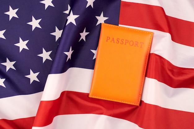 Паспорт на флаге соединенных штатов америки. национальный флаг сша, патриотический символ америки. концепция эмиграции.
