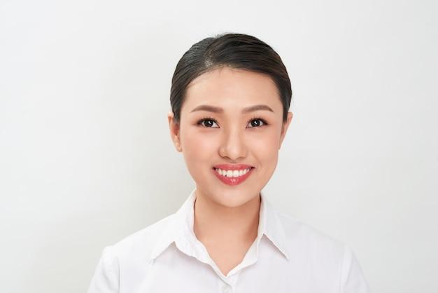 Фотография на паспорт. портрет азиатской усмехаясь женщины.