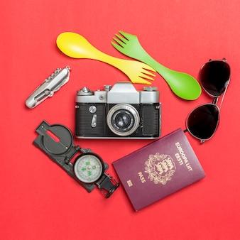Passaporto e materiale turistico intorno alla telecamera