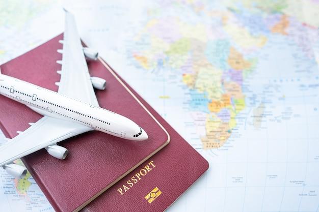 古い木製の背景に地図とパスポート。旅行計画。