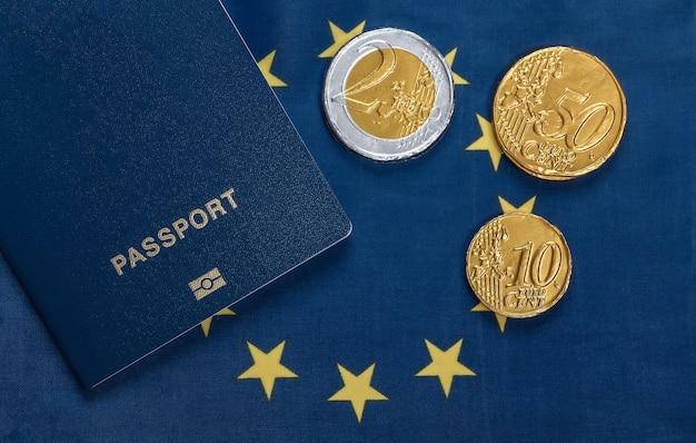 유로 연합 국기에 동전과 여권. 여행 또는 이민 주제
