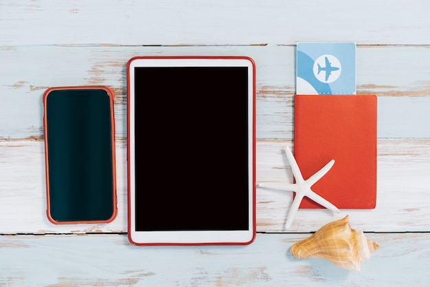 チケットと電話と木製のテーブルでタブレットのパスポート