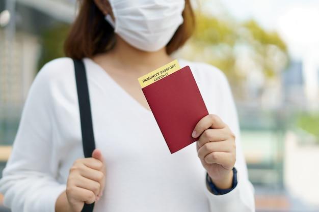Паспорт со справкой о вакцинации для учетной карты covid-19. иммунный паспорт или сертификат для вакцинации перед поездкой. вакцинация, паспорт иммунитета к болезням