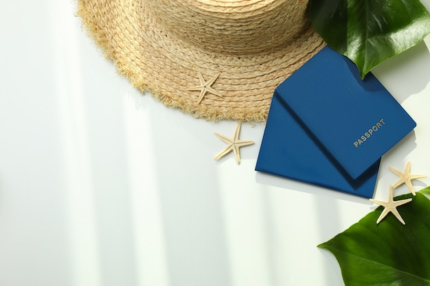 여권 및 흰색 격리 된 배경에 여름 액세서리