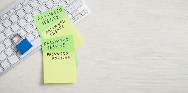 스티커 메모에 작성된 비밀번호 메시지입니다. 키보드의 자물쇠. 비밀번호 보안 프리미엄 사진