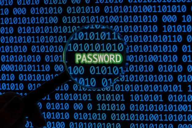 Password con codice binario e lente d'ingrandimento per mano