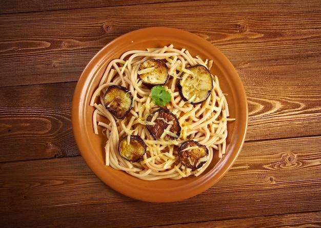 Паста алла норма. рецепт с томатным соусом, баклажаны. национальное блюдо сицилии