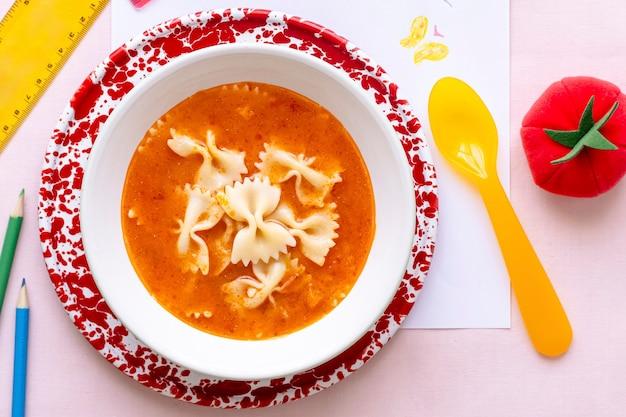 子供向けのパスタとトマトのスープランチ