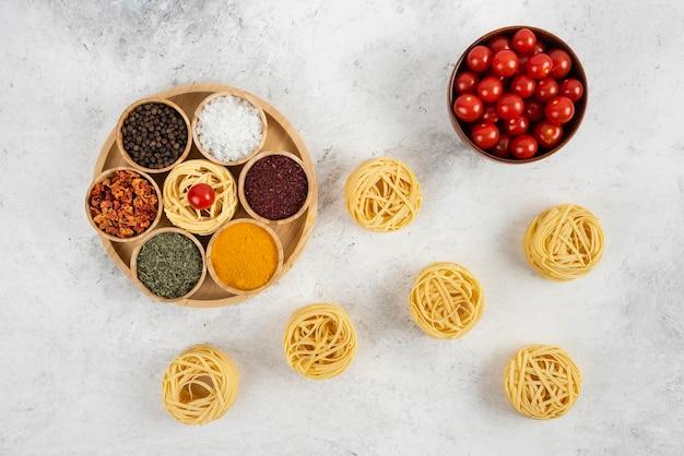 다양한 향신료와 허브를 곁들인 파스타와 체리 토마토.