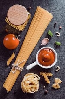 어둠에 파스타와 음식 재료