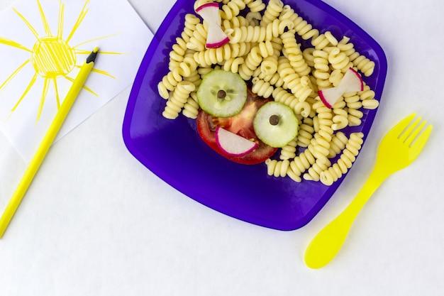 아이 접시에 파스타와 과일
