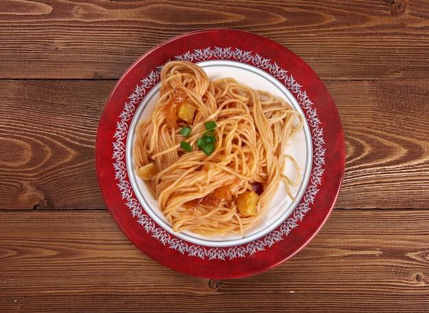 Asciutta 파스타 - 파스타 요리된 파스타는 플레이팅되어 보완 소스 또는 조미료와 함께 제공됩니다.