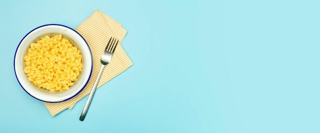 Фон баннера макаронных изделий. макаронные изделия mac и сыра на синем фоне.