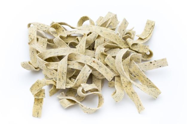 파스타 바 질 흰색 배경에 고립입니다. 파스타는 전통 이탈리아 요리의 주식입니다.