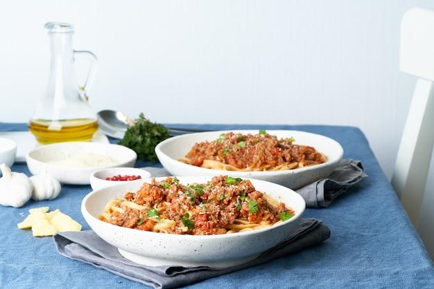ミンチ肉とトマトのパスタボロネーゼリングイネ。二人用のイタリアンディナー