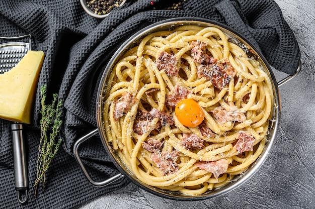 パスタカルボナーラ、鍋にブカティーニ
