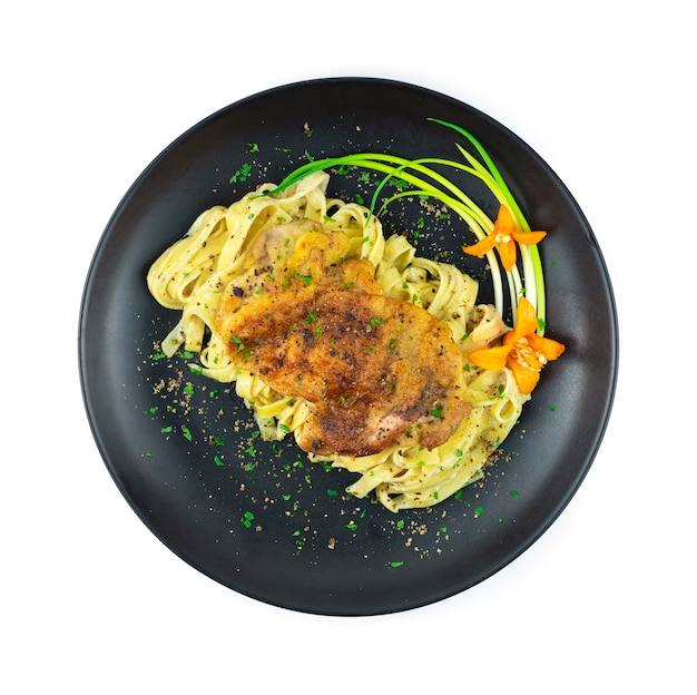 Паста куриный стейк с соусом из черного перца украшение в итальянском стиле фьюжн с зеленым луком и резным перцем чили вид сверху